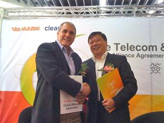 Vee chairman Richard Lai (right), Clearwire senior vice president Ali Tabassi (left)