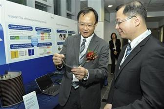 Managing Director of Merck in Taiwan Dick Hsieh (left) shows some of Merck��s material applied in the latest technology to Taoyuan County Magistra