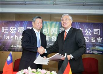 Macronix chairman Miin Wu, left, and Qimonda CEO Kin Wah Loh