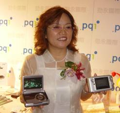 Company chairman Jance Lu showing PQI's new PMPs: left to right, mPack600, mPack800