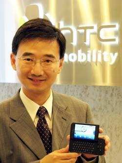 HTC+CMO+John+Wang+with+a+T%2DMobile+G1+handset