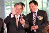 Vibo chariman Rock Hsu (left) and Lou Qingjian, vice minister of China's MIIT