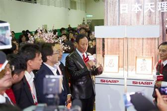 Foxconn+chairman+Terry+Guo+%28center%29+at+a+press+conference+in+Taipei+on+January+22