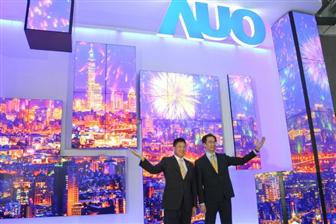 AUO+chairman+Paul+Peng+%28left%29+and+president+Michael+Tsai++