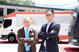 Taiwan Mobile president Jamie Lin (right) and Formosa Plastics Transport chairman Chen Sheng-kuang