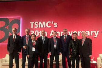 TSMC+chairman+Morris+Chang+%28far+right%29+and+guest+speakers+at+the+forum+