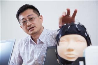 HNC+CTO+Daniel+Weng+demonstrates+how+to+operate+the+company%27s+stress+EEG+assessment+system