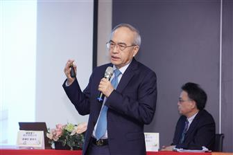 Elan Microelectronics chairman and president Yeh I-hau (front)