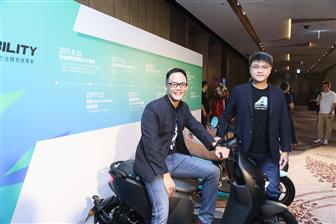 Aeon Motor CEO Tony Lin (right) and Taiwan Mobile president Jamie Lin