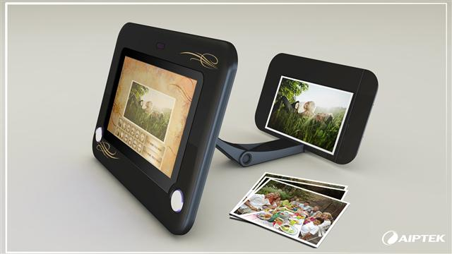 Mona Lisa picture frame with built-in camera