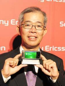 Steve+Yeh%2C+president+of+Sony+Ericsson+Taiwan%2C+poses+with+the+Xperia+X1+handset%2E