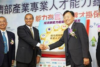 Biing%2DJye+Lee%2C+chairman+of+Epistar+%28right%29