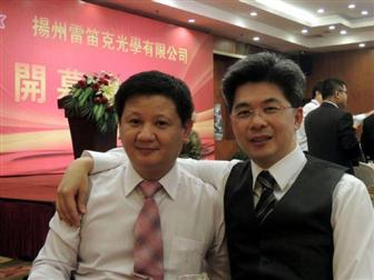 Jason+Wu%2C+chairman+of+Edison+Opto+%28right%29