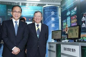 Taiwan+Premier+Lin+Chuan+%28left%29+and+CHT+chairman+Cheng+Yu
