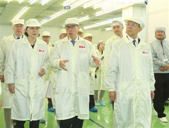 President+Tsai+Ing%2Dwen+%28first+from+left%29+visits+the+high%2Defficiency+PV+module+factory