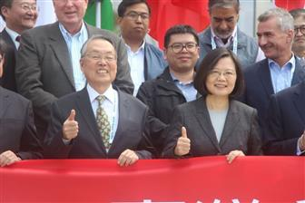 Acer+founder+Stan+Shih+%28front+left%29+and+Taiwan+president+Tsai+Ing%2Dwen+%28right%29