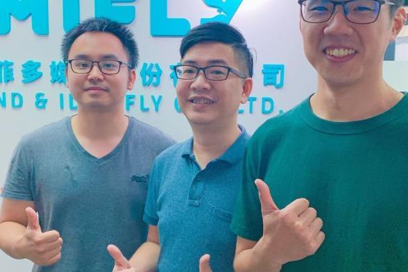 Mifly founder and CEO Roger Lu (center)
