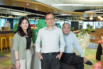 3Sdrive co-founder and CEO Alex Jeng (center)