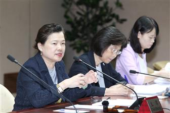 Economic Affairs Minister Mei-hua Wang (first from left)