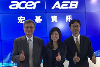 Acer e-Enabling Service Business president Chou Hsin-jung (center)